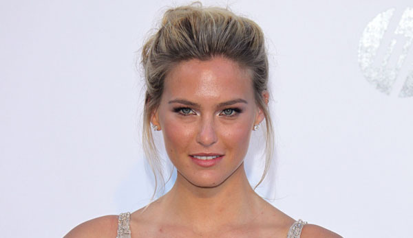 Bar Refaeli Breaks Her Perfect Arm - Mantenna